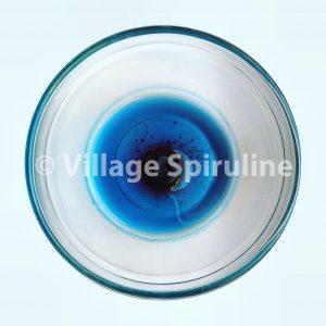 Le pigment bleu de la spiruline démontre la qualité du produit